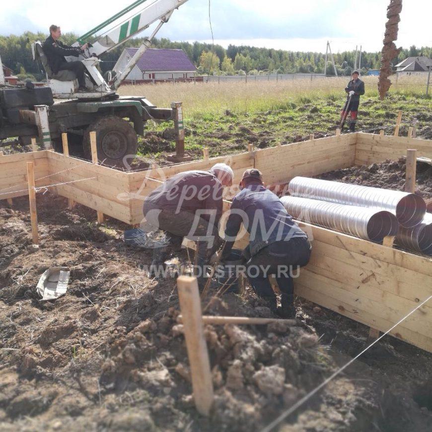 Продолжаются работы по устройству фундамента в д. Кукарино (10.09.2017)