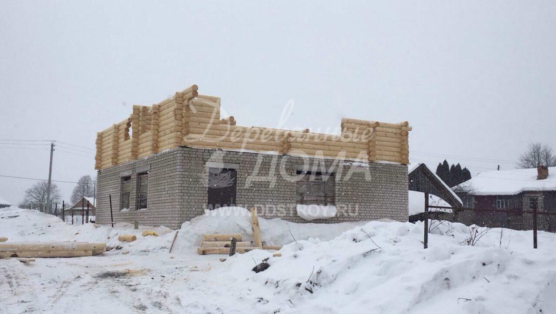 Продолжаются работы по строительству мансардного этажа из оцилиндрованного бревна в с. Парское (12.03.2018)