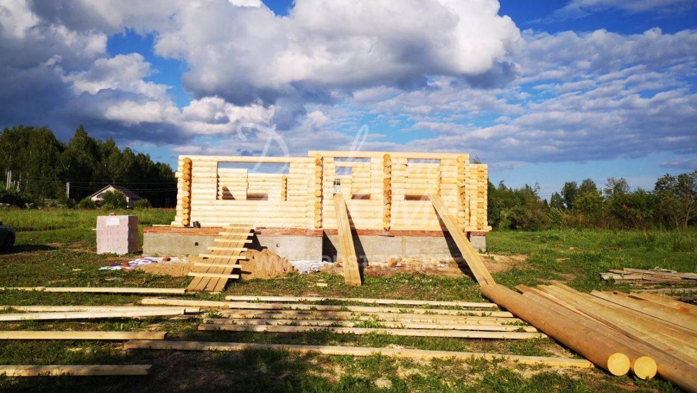 Ведутся работы по монтажу жилого дома из оцилиндрованного бревна в д.Никульское(09.07.2018)