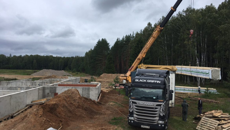 Завершаются работы по устройству фундамента, разгрузка материала для монтажа деревянного комплекта в д. Худынино (30.07.2019)