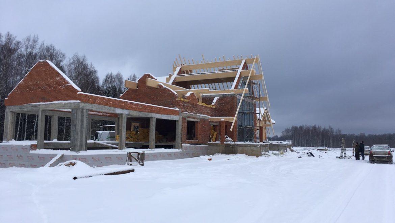 Ход работ по монтажу стропильной системы и монтажу оконных блоков в комбинированном доме в д. Худынино (31.01.2020)