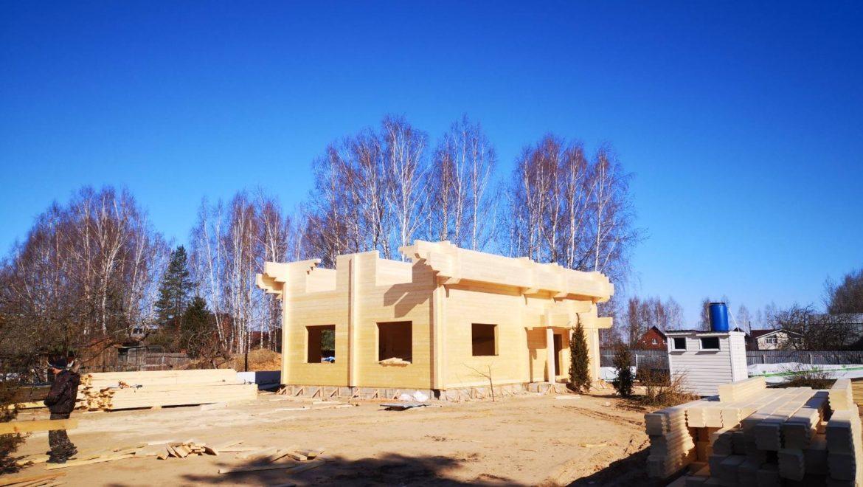 Продолжаются работы по монтажу деревянного комплекта жилого дома из клееного бруса в д. Слобода (24.03.2020)