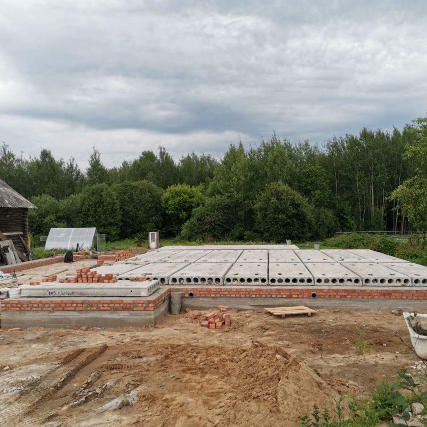 Продолжаются работы по устройству фундамента под одноэтажный кирпичный дом площадью — 180 м2 в п. Озерный (29.07.2020)