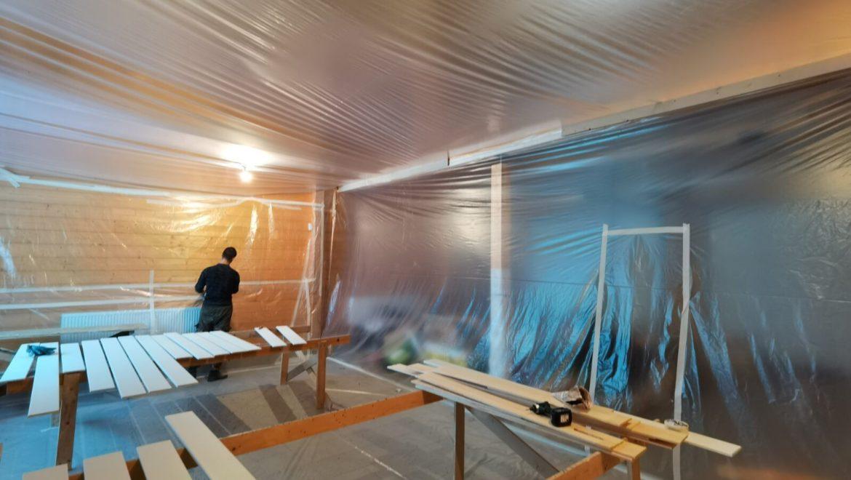 Продолжаются внутренние и наружные отделочные работы в жилом доме и бане из клееного бруса в п. Слобода (21.11.2020)