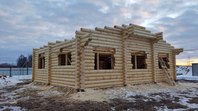 Завершены работы по возведению деревянного комплекта жилого дома из оцилиндрованного бревна в поселке Конохово (25.03.2021)