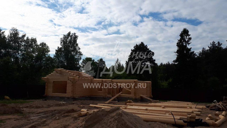 Продолжаются работы по возведению бани из оцилиндрованного бревна в д. Беляницы(13.06.2018)