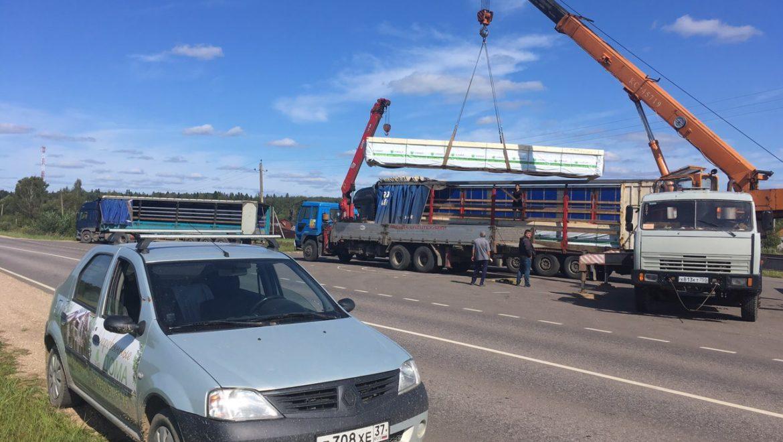Перегруз клеенного бруса из еврофуры в манипулятор для доставки на объект строительства д. Ширяево (27.08.2019)