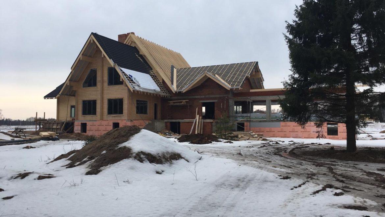 Завершена установка окон, продолжаются кровельные работы в комбинированном доме по проекту «Сидней» — 682 м2, в д. Худынино (06.03.2020)