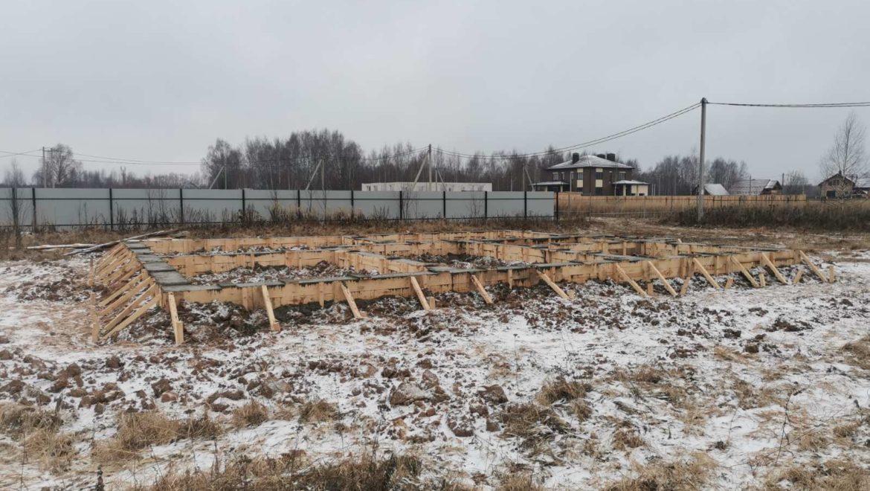 Завершенно устройство фундамента под одноэтажный жилой дом из оцилиндрованного бревна в п. Конохово (19.11.2020)