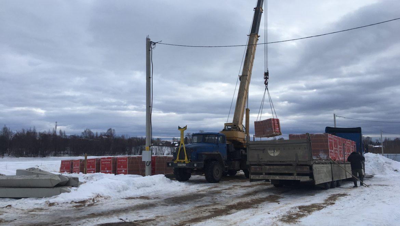 Подготовительные работы на строительной площадке к началу возведения кирпичного дома в к.п. «Изумруд» (03.03.2021)