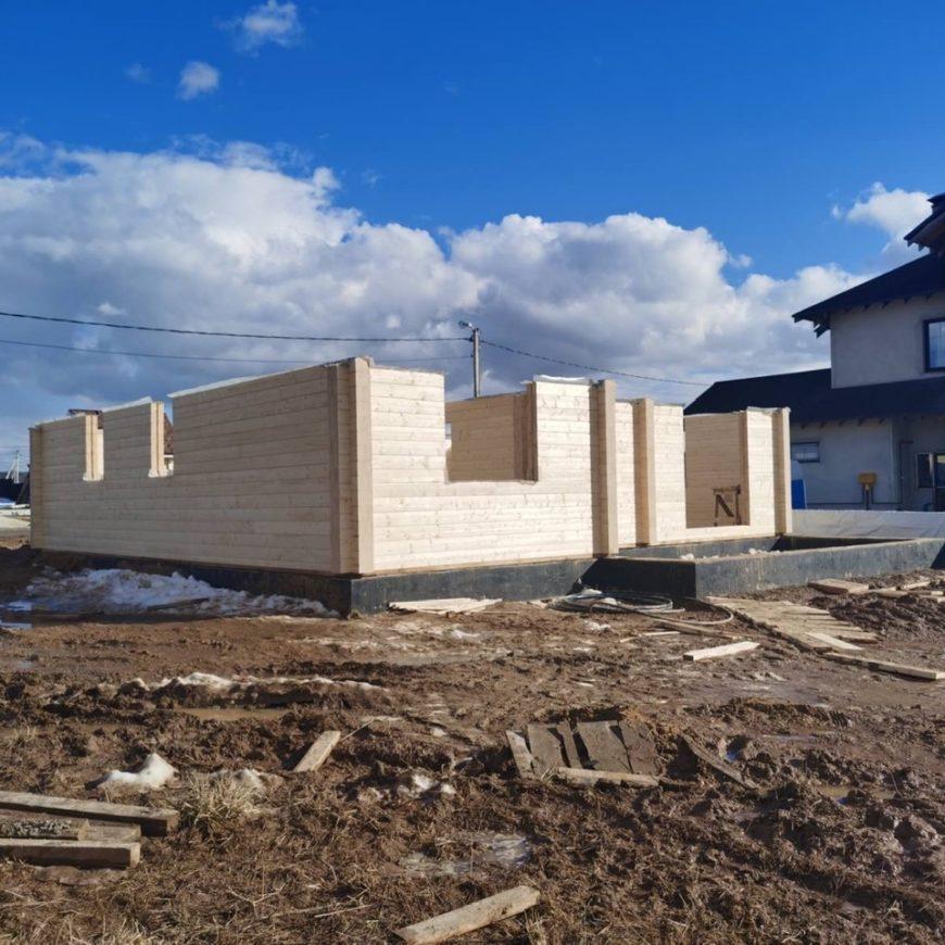 Начало сборки деревянного комплекта из клеенного бруса жилого дома в поселке «Сиеста». (05.04.2021 г.)