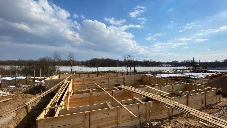 Ход работ по устройству фундамента под строительство кирпичного дома в к.п. «Изумруд» (06.04.2021)