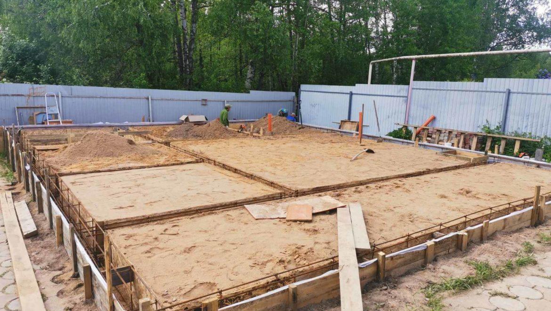 Продолжаются работы по устройству фундамента под баню из оцилиндрованного бревна в п. Андреево (02.06.2021)