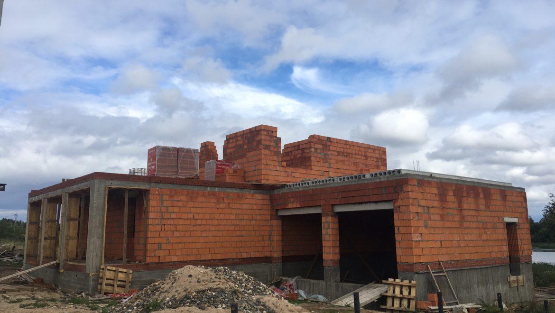 Продолжаются работы по возведению стен каменного жилого дома в коттеджном поселке «Изумруд».